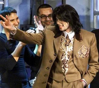 Momento en que Michael Jackson es ovacionado por los presentes...