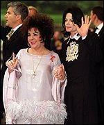 Michael Jackson y Elizabeth Taylor en la puerta de ingreso posando para la prensa gráfica